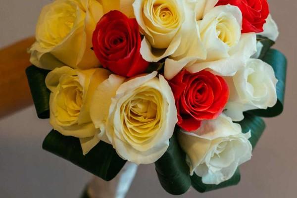 bukiet ślubny róże róż krem