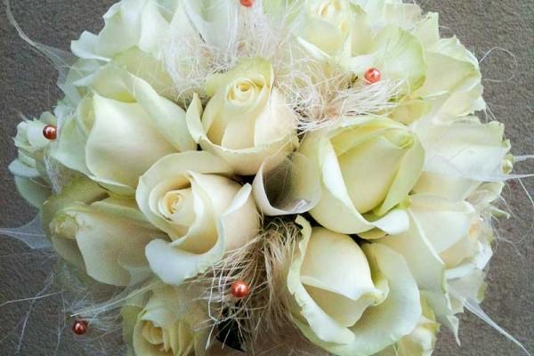 bukiet ślubny białe róże
