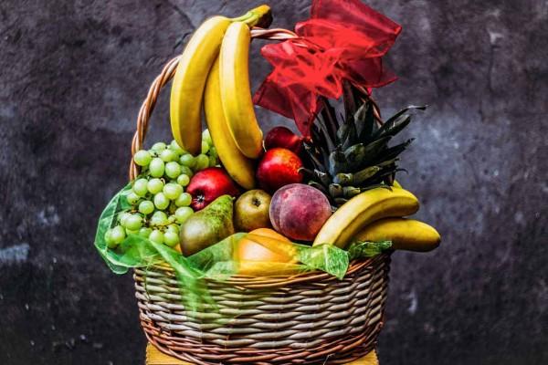 kosz upominkowy pełen owoców delikatesowy