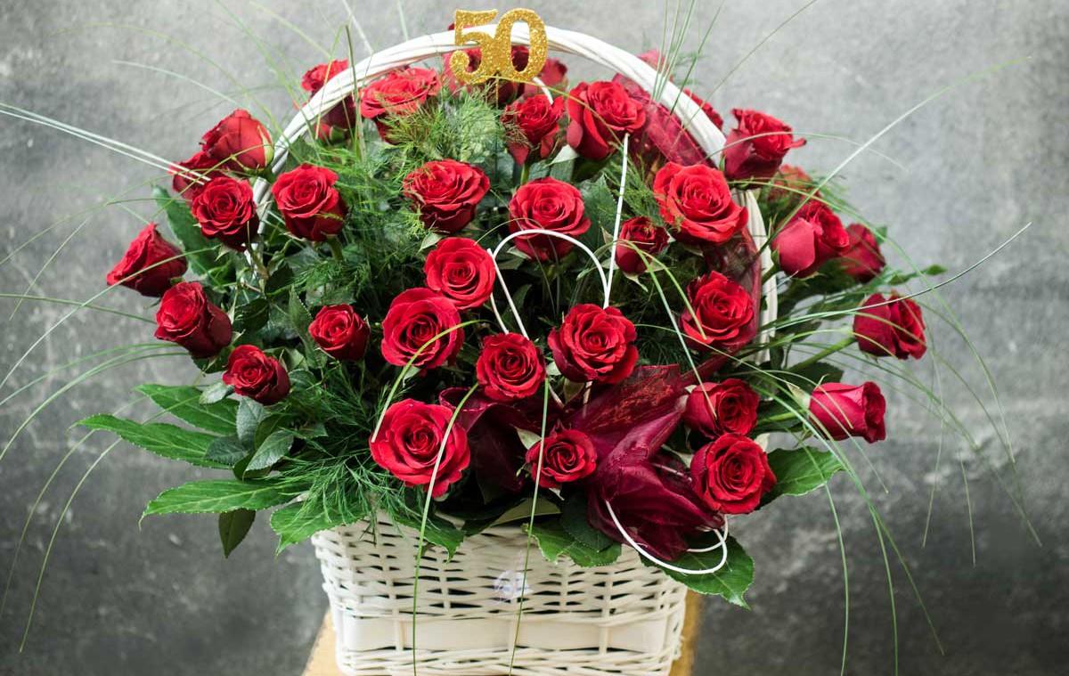 kosz pełen czerwonych róż kwiaciarnia racibórz