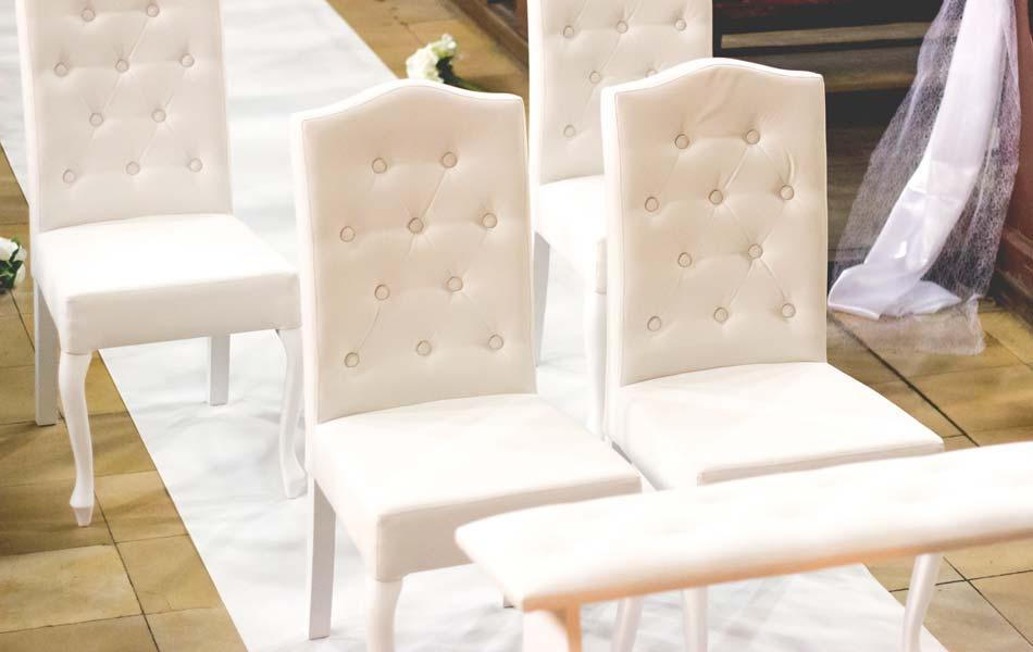 białe krzesła i klęcznik na wesele ślub racibórz