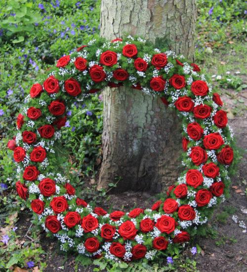 czerwone-roze-i-gipsowka-ring-kompozycja