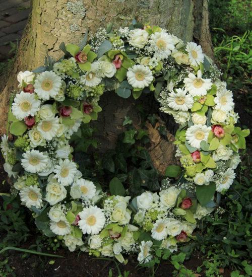 okragla-kompozycja-zielonokremowa-ring-kwiaty